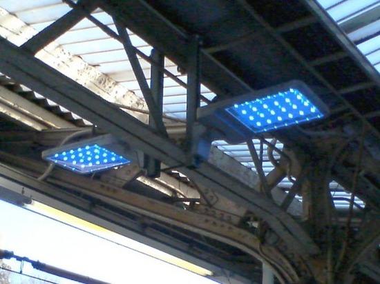 #02駅構内の照明装置.jpg
