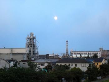 #06梅雨明け6日工場と14番目の月(市川南5丁目から).jpg