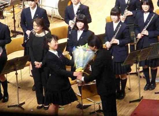 #22&7-2花束贈呈指揮の須藤信也先生へ.jpg